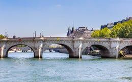 Νησί της πόλης Νέα γέφυρα στο Παρίσι πέρα από τον ποταμό Sena Στοκ εικόνα με δικαίωμα ελεύθερης χρήσης