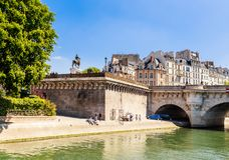 Νησί της πόλης Νέα γέφυρα στο Παρίσι πέρα από τον ποταμό Sena Pont-Neuf Στοκ Φωτογραφίες
