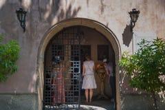 Νησί της Ρόδου, Ελλάδα 05/28/2018 Η πορεία που οδηγεί στο γιγαντιαίο σταυρό κοντά στο μοναστήρι Filerimos Πάθος Χριστού κράσπεδο στοκ εικόνα