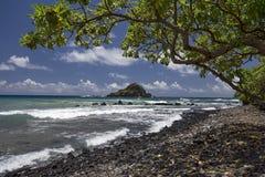 Νησί της Alia από την παραλία Koki κοντά στη Hana, Maui, Χαβάη, ΗΠΑ Στοκ φωτογραφία με δικαίωμα ελεύθερης χρήσης