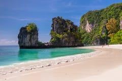 Νησί της Hong - τουρίστες στην παραλία ενός δημοφιλούς destina τουριστών στοκ εικόνες με δικαίωμα ελεύθερης χρήσης