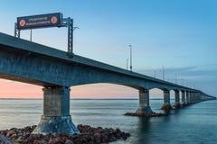 Νησί του Edward πριγκήπων σύνδεσης γεφυρών συνομοσπονδίας με την ηπειρωτική χώρα Στοκ εικόνες με δικαίωμα ελεύθερης χρήσης