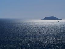 Νησί του Tino κοντά σε Portovenere, Λιγυρία Σπινθηρίσματα φωτός του ήλιου στην ασημένια θάλασσα Ειδυλλιακός, με τη μικρή βάρκα στοκ εικόνες