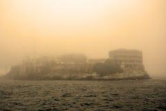 Νησί Alcatraz στο Σαν Φρανσίσκο κατά τη διάρκεια της τεράστιας ομίχλης Στοκ εικόνα με δικαίωμα ελεύθερης χρήσης