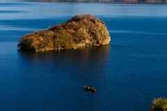 Νησί AnnaEr, λίμνη Lugu Στοκ Εικόνες