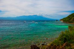 Νησί Apo, Φιλιππίνες, η άποψη από την κορυφή: θάλασσα, βουνό και βάρκες Στοκ Φωτογραφία