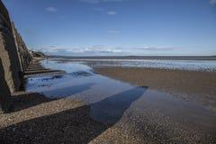 Νησί Cramond, Εδιμβούργο, Σκωτία, το UK - μια σειρά των συγκεκριμένων πυλώνων και των σκιών τους στοκ φωτογραφίες