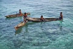 ΝΗΣΊ MABUL, SABAH τοπικά παιδιά θάλασσας που παίζουν γύρω στο κρύσταλλο - καθαρίστε το νερό στο νησί Mabul Στοκ Φωτογραφίες