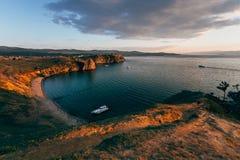 Νησί Olkhon, ακρωτήριο Burkhan στις ακτίνες του ήλιου ρύθμισης στοκ φωτογραφίες με δικαίωμα ελεύθερης χρήσης