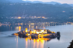 Νησί Orta SAN Giulio, άποψη νύχτας Εικόνα χρώματος Στοκ Φωτογραφίες
