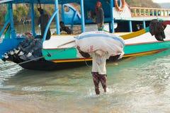 ΝΗΣΊ PENIDA, ΙΝΔΟΝΗΣΊΑ - 22 ΙΟΥΛΊΟΥ 2015: Φορτίο μεταφορών ατόμων από το σκάφος Στις 22 Ιουλίου Penida Nusa 2015 Ινδονησία Στοκ φωτογραφία με δικαίωμα ελεύθερης χρήσης