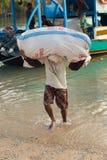 ΝΗΣΊ PENIDA, ΙΝΔΟΝΗΣΊΑ - 22 ΙΟΥΛΊΟΥ 2015: Φορτίο μεταφορών ατόμων από το σκάφος Στις 22 Ιουλίου Penida Nusa 2015 Ινδονησία Στοκ φωτογραφίες με δικαίωμα ελεύθερης χρήσης