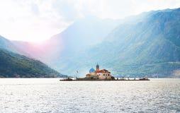 Νησί StGeorge και η κυρία μας του νησιού και της εκκλησίας βράχου σε Perast στην ακτή του κόλπου Boka Kotorska, Μαυροβούνιο Boka  Στοκ Εικόνα