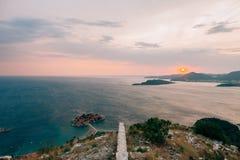 Νησί Sveti Stefan, άποψη από την εκκλησία Sveti Sava, στο s Στοκ φωτογραφία με δικαίωμα ελεύθερης χρήσης