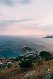 Νησί Sveti Stefan, άποψη από την εκκλησία Sveti Sava, στο s Στοκ Φωτογραφίες