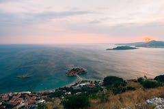 Νησί Sveti Stefan, άποψη από την εκκλησία Sveti Sava, στο s Στοκ Εικόνα