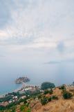 Νησί Sveti Stefan, άποψη από την εκκλησία Sveti Sava, στο s Στοκ Εικόνες