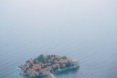 Νησί Sveti Stefan, άποψη από την εκκλησία Sveti Sava, στο s Στοκ Φωτογραφία