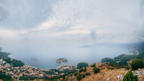 Νησί Sveti Stefan, άποψη από την εκκλησία Sveti Sava, στο s Στοκ εικόνα με δικαίωμα ελεύθερης χρήσης