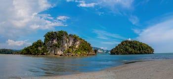 Νησιά ασβεστόλιθων στον κόλπο Krabi AO Nang, Ταϊλάνδη Στοκ εικόνα με δικαίωμα ελεύθερης χρήσης