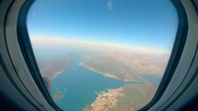 Νησιά και νερό που παρουσιάζονται από ένα παράθυρο αεροπλάνων απόθεμα βίντεο