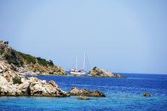 Νησιά, μπλε θάλασσα και μπλε βάρκες γύρου ιστιοπλοϊκά Στοκ φωτογραφίες με δικαίωμα ελεύθερης χρήσης
