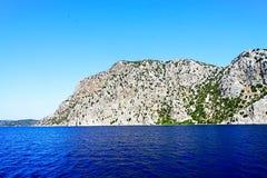 Νησιά, μπλε θάλασσα και μπλε βάρκες γύρου ιστιοπλοϊκά Στοκ Φωτογραφίες