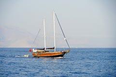 Νησιά, μπλε θάλασσα και μπλε βάρκες γύρου ιστιοπλοϊκά Στοκ φωτογραφία με δικαίωμα ελεύθερης χρήσης