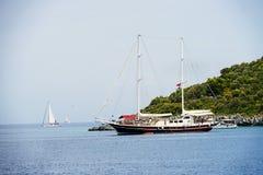 Νησιά, μπλε θάλασσα και μπλε βάρκες γύρου ιστιοπλοϊκά Στοκ εικόνες με δικαίωμα ελεύθερης χρήσης