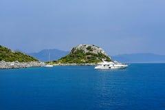 Νησιά, μπλε θάλασσα και μπλε βάρκες γύρου ιστιοπλοϊκά Στοκ Εικόνες