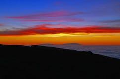 Νησιά σε μια θάλασσα των σύννεφων στο ηλιοβασίλεμα Στοκ Εικόνες