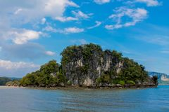 Νησιά σχηματισμού βράχου ασβεστόλιθων παραλιών AO Nang Nopparat Tharai σε Krabi, Ταϊλάνδη Στοκ φωτογραφία με δικαίωμα ελεύθερης χρήσης
