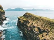 Νησιά Φερόες - όμορφη θέα βουνού από τον κηφήνα στοκ εικόνες