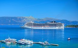 ΝΗΣΙ ΤΗΣ ΚΕΡΚΥΡΑΣ, ΕΛΛΑΔΑ, JUN, 06, 2014: Γίγαντας που καταπλήσσει τα άσπρα τουριστικά VIP γιοτ σκαφών της γραμμής επιβατών στην  Στοκ φωτογραφίες με δικαίωμα ελεύθερης χρήσης