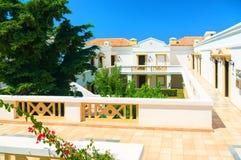 ΝΗΣΙ ΤΗΣ ΚΡΗΤΗΣ, ΕΛΛΑΔΑ, ΤΗΝ 1Η ΙΟΥΛΊΟΥ 2011: Άποψη σχετικά με τις βίλες ξενοδοχείων για τους φιλοξενουμένους τουριστών Πράσινοι  Στοκ Εικόνες