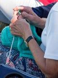 ΝΗΣΙ ΤΩΝ ΑΓΚΑΘΙΩΝ, SUSSEX/UK - 11 ΣΕΠΤΕΜΒΡΊΟΥ: Πλέξιμο γυναικών σε ένα Λ Στοκ εικόνες με δικαίωμα ελεύθερης χρήσης