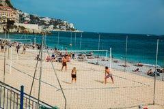 ΝΙΚΑΙΑ, ΓΑΛΛΙΑ - 26 ΙΟΥΝΊΟΥ 2017: Άνθρωποι που απολαμβάνουν τον ηλιόλουστο καιρό στην παραλία πετρών και που παίζουν την πετοσφαί στοκ εικόνες με δικαίωμα ελεύθερης χρήσης