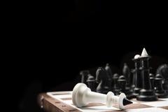 Νικημένος λευκός βασιλιάς σκακιού Στοκ Φωτογραφίες