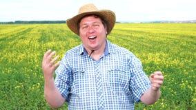 Νικητής! Ένα όνειρο του νέου παχιού αγρότη πραγματοποιήθηκε Είναι πολύ συγκινημένος, φορώντας το καπέλο, εορτασμός απόθεμα βίντεο