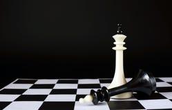 Νικητής και συντριμμένος Πεσμένος βασιλιάς σκακιού κοντά σε έναν άλλο έναν Στοκ Εικόνες
