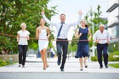 Νικητής τρέχοντας με μια επιχειρησιακή ομάδα Στοκ φωτογραφία με δικαίωμα ελεύθερης χρήσης