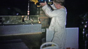 ΝΙΟΥ ΧΆΒΕΝ, CONN ΗΠΑ - 1957: Το πλούσιο παιδί βγάζει το δώρο Χριστουγέννων τύπων φτυαριών ατμού καθμένος σε ένα νέο παιχνίδι fire απόθεμα βίντεο
