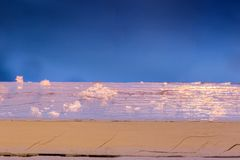 Νιφάδες χιονιού στο παλαιό χρωματισμένο ξύλο με την εκλεκτική εστίαση στοκ φωτογραφία