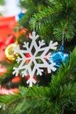 Νιφάδα χιονιού και Shatterproof διακόσμηση σφαιρών στο χριστουγεννιάτικο δέντρο Στοκ Εικόνα