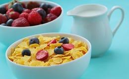 Νιφάδες καλαμποκιού, γάλα και νωποί καρποί ως βακκίνια και φράουλες που προετοιμάζονται για την υγιή στενή επάνω άποψη προγευμάτω στοκ φωτογραφίες με δικαίωμα ελεύθερης χρήσης