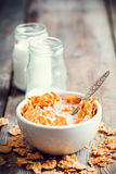 Νιφάδες σίτου δημητριακών προγευμάτων στα κεραμικά μπουκάλια ο κύπελλων και γάλακτος Στοκ Εικόνες