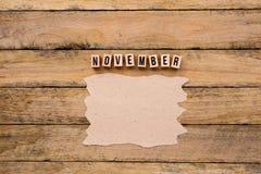 Νοέμβριος - ημερολογιακός μήνας στα ξύλινα κεφαλαία γράμματα με χειροποίητο Στοκ Εικόνες