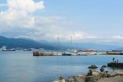 ΝΟΒΟΡΩΣΊΣΚ, ΡΩΣΙΑ - 8 ΜΑΐΟΥ 2016: αποβάθρα με τα γιοτ και τους ψαράδες στην ακτή της Μαύρης Θάλασσας, Νοβορωσίσκ Στοκ εικόνες με δικαίωμα ελεύθερης χρήσης