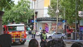 9 Νοεμβρίου 2018 - Μελβούρνη, Αυστραλία: Το πλήθος κοιτάζει προς εμποδισμένος από τη σκηνή αστυνομίας στη Μελβούρνη CBD στοκ φωτογραφίες