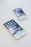6 ΝΟΕΜΒΡΊΟΥ 2014 - ΜΠΑΝΓΚΟΚ: iphone6 με iphone6+ στον πίνακα Στοκ Εικόνες